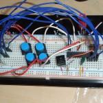 So sah der erste Prototyp auf dem Steckbrett aus. Controller und Wahltasten sind gut zu erkennen.