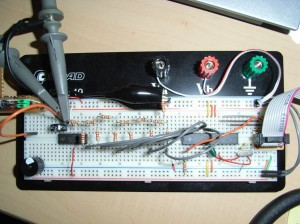 Prototyp des Signalgenerators auf dem Steckbrett mit OpAmp-Schaltung am Ausgang